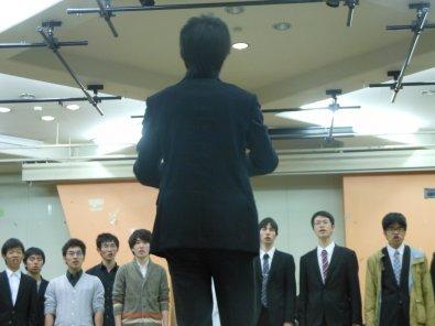 歌う団員とサブ指揮