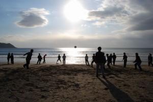 浜辺でスポーツ大会