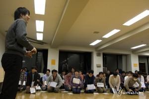 早稲田大学グリークラブの演奏にアドバイスをする学生指揮者