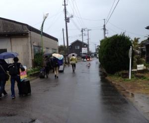 雨の中宿に向かう団員達