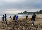 浜辺でドッヂボール
